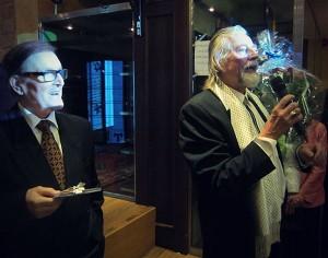 Minä vasemmalla ja Aku Ahjolinna oikealla Akun 50-vuotistaiteilijajuhlassa.