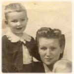 Harri äitinsä kanssa.