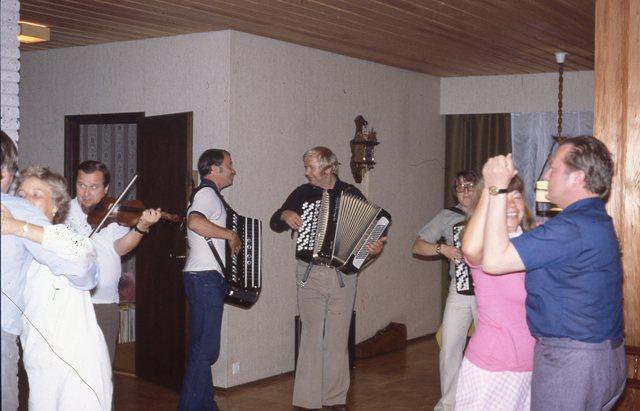 Rauno soittaa viulua, Raimot sekä minä hanuria ja Saukki on vauhdissa parketilla